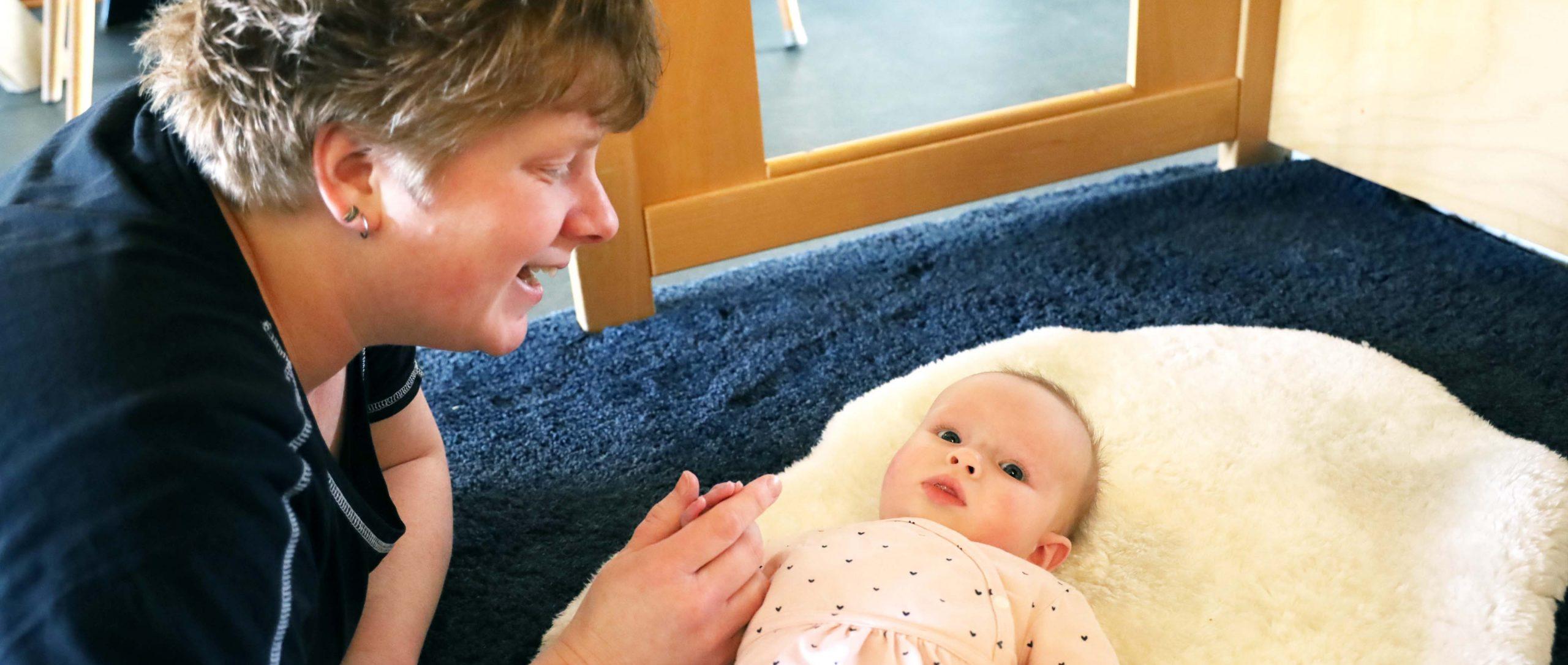 leidster maakt contact met baby