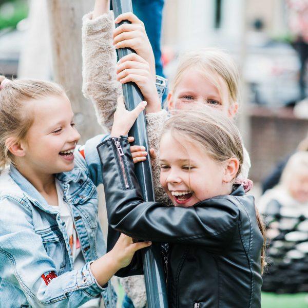 schoolkinderen spelen op schommel