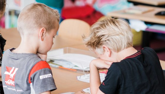 schoolkinderen werken samen