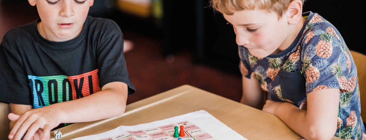 twee jongens spelen bordspel