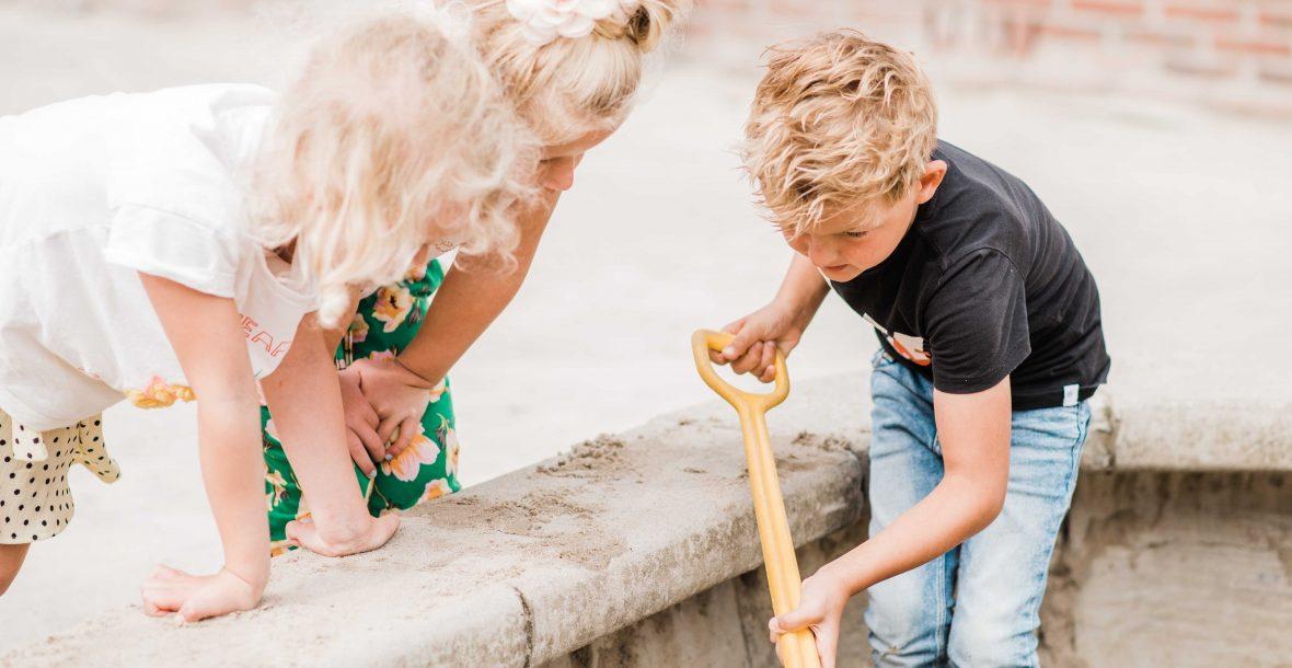 schoolkinderen spelen in zandbak