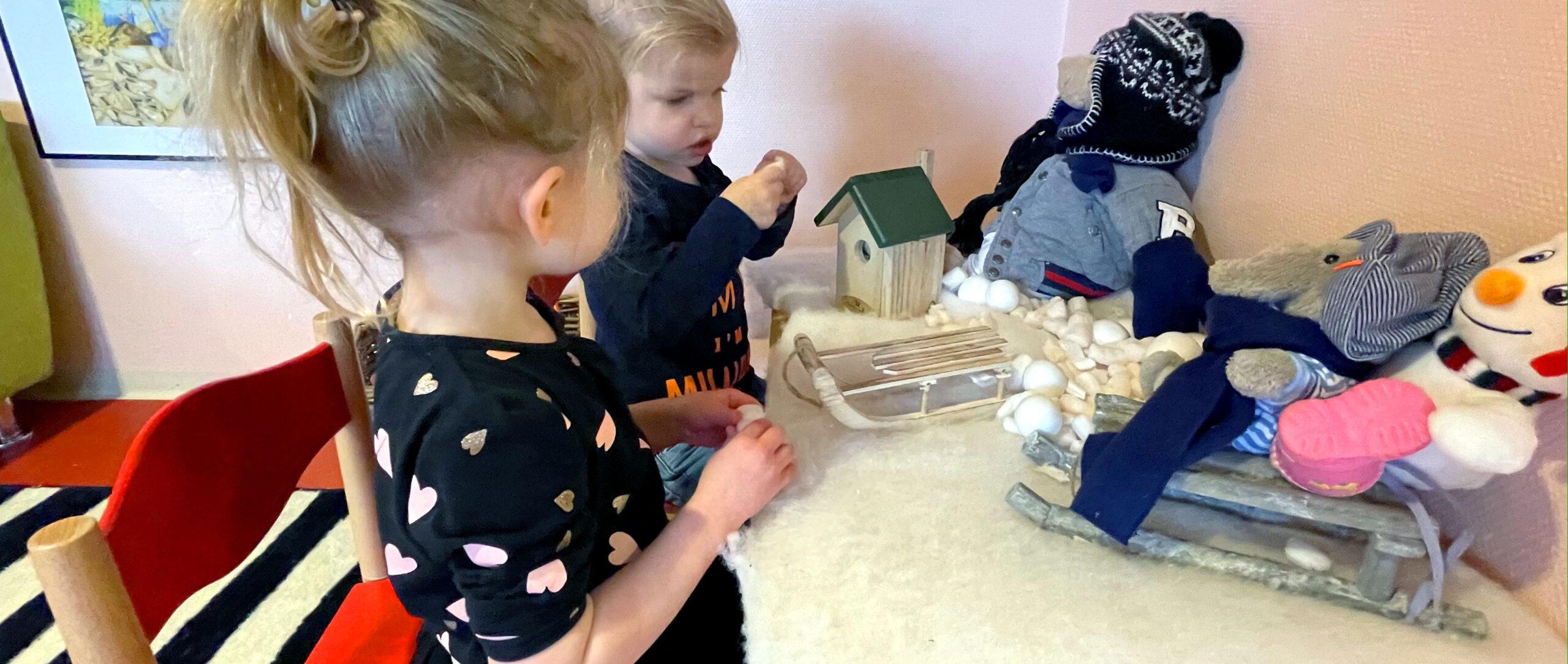 peuters spelen aan een wintertafel