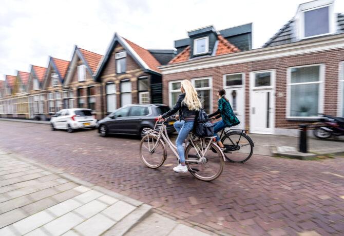 tieners fietsen door Steenwijkerland