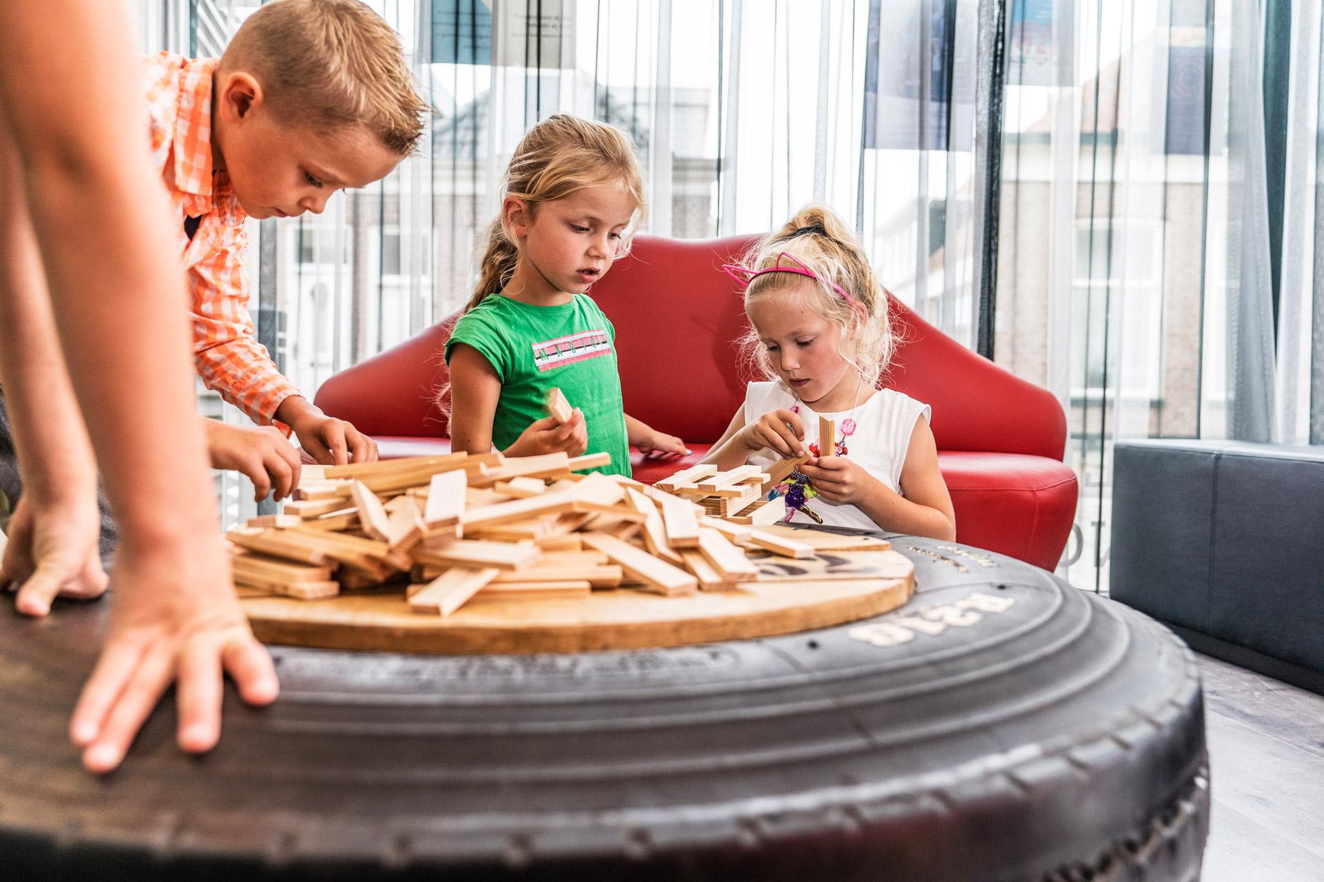 schoolkinderen spelen met houtblokjes