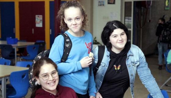 drie tienermeiden in een kantine
